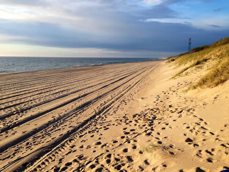 От центра Ниды до шикарного пляжа с пушистым, белым песком, 20 мин ходьбы по хвойному лесу.