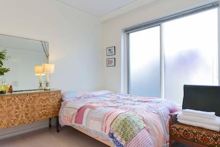 Beautiful, cosy, light filled room - Footscray