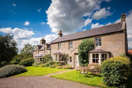 Farmhouse in idyllic rural setting - Rothbury - 家庭式旅館