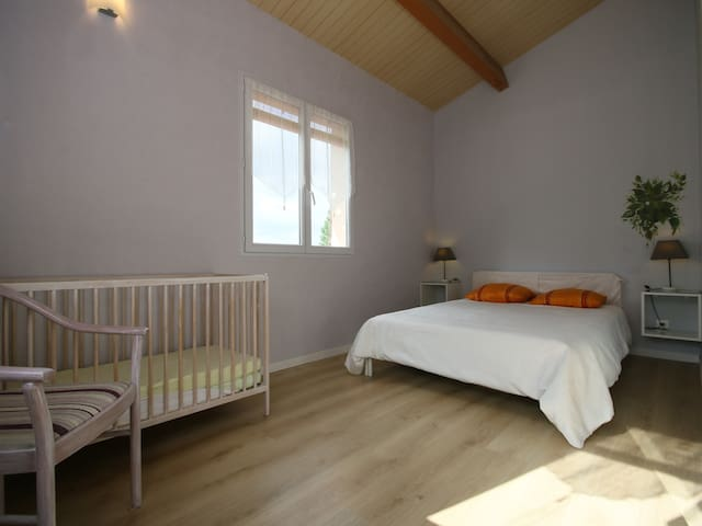Chambre sud lit en 140cm et lit bebe.