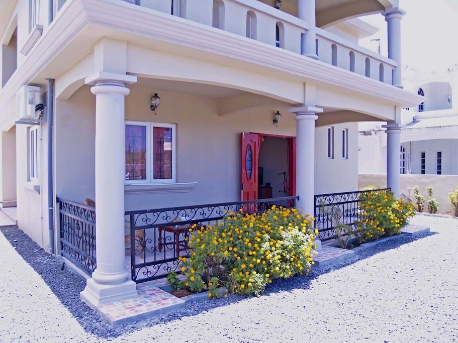 L'entrée de la villa, une construction toute neuve, pour un vrai confort…