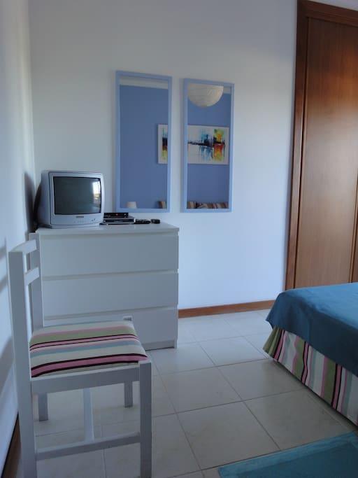 Quarto com TV e DVD ; Bedroom with TV and DVD player