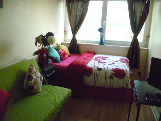 LONDON MEDE'S ROOM SLEEPS 2-4. - Chigwell - Apartamento