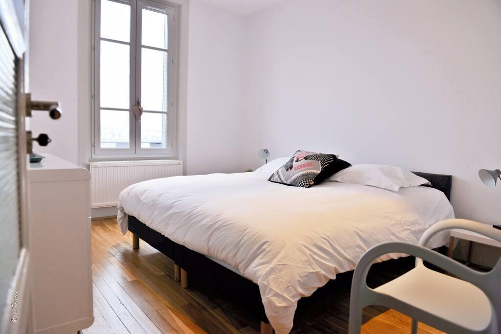 Chambre 2 avec literie à mémoire de forme en 180 séparable en l2 lits de 90