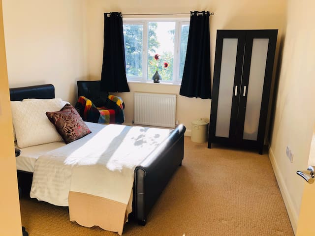 Spacious double room with ensuite great location