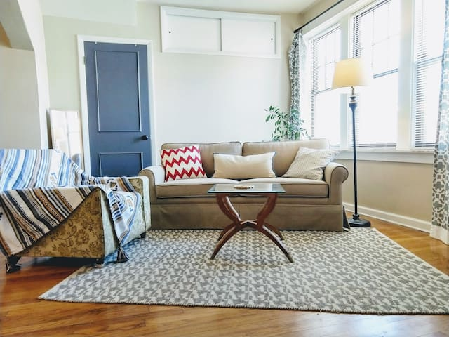 Cute & Colorful Apartment in Trendy Walkable Area!