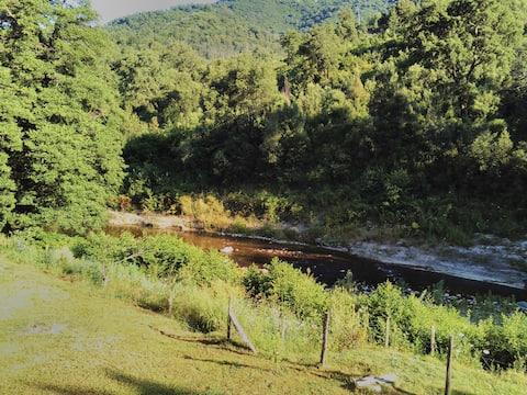 Maison F4 bord de rivière dans un hameau paisible