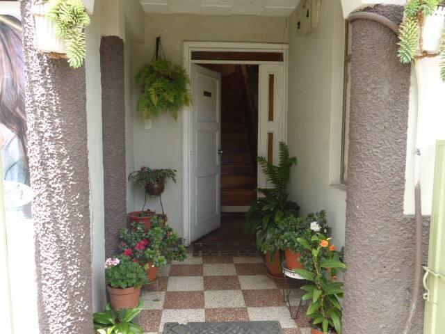 la puerta principal que espera tu llegada.