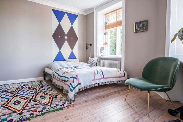 Spacious artsy room in shared apt in CPH east