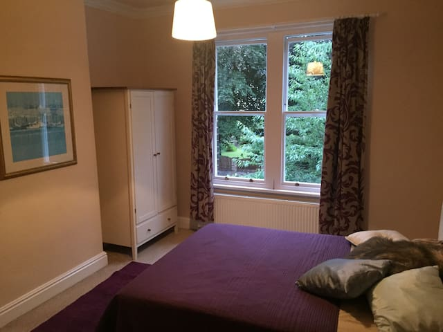 Beautiful Victorian Bedroom - Luxury with value