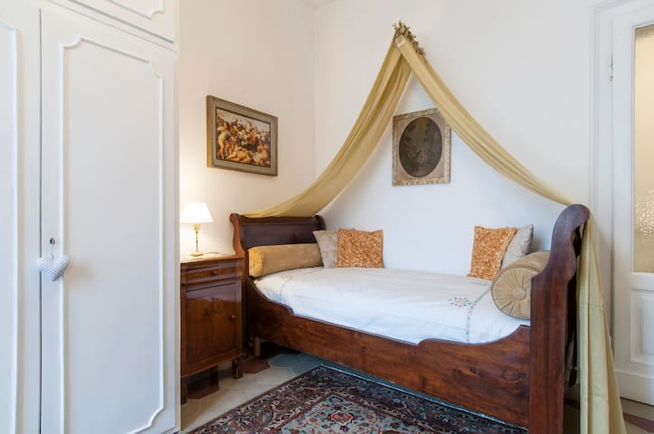 SINGLE with private bathroom, 10 min from Duomo