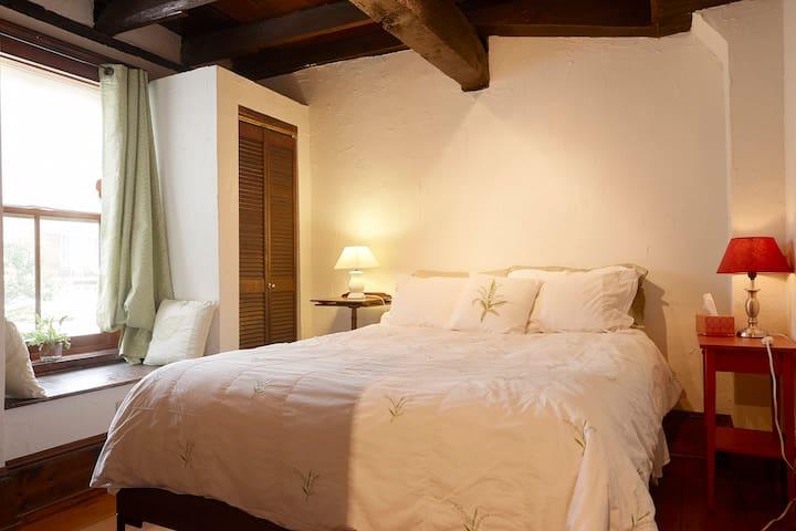 Downstairs bedroom, Queen-size bed