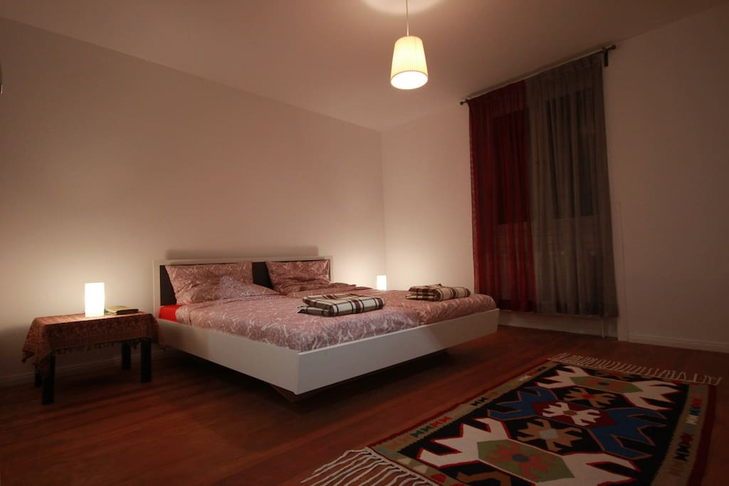 Schlafzimmer mit großem Kleiderschrank /Bedroom