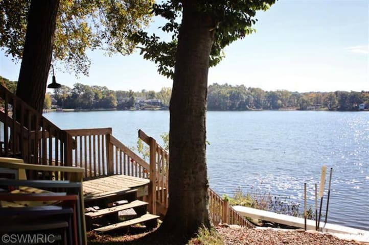 Beautiful lake setting! - Plainwell - Cabin