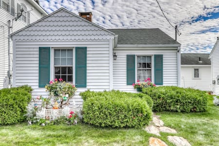 Cozy cottage 75 feet from the beach w/ back patio & free WiFi!