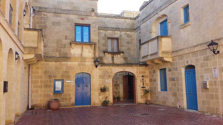 Private double room with shower/toilet & pool/Qala
