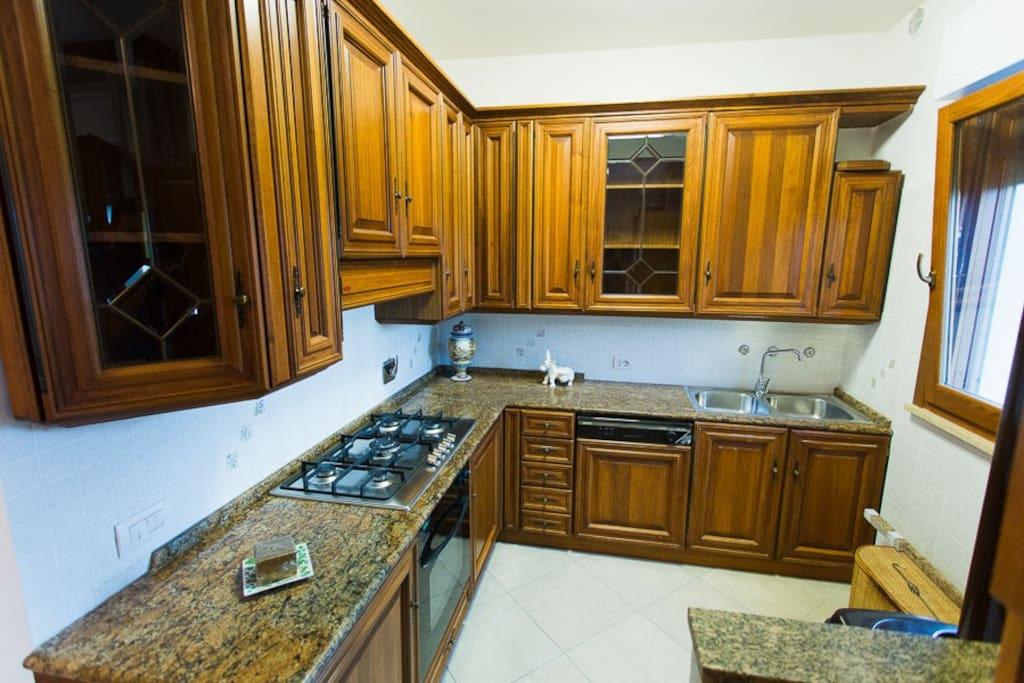 Cucina accessoriata completa di piatti e stoviglie