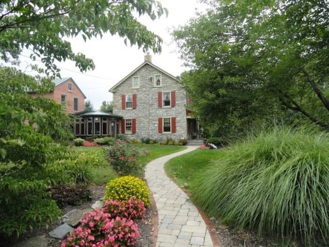 Two story brick guest house on working beef farm - Kutztown - House
