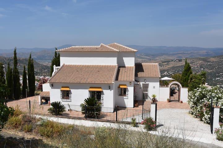 Mooie villa met zwembad en prachtig zicht