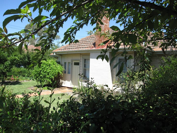 Family and pet friendly Ainslie cottage, Canberra