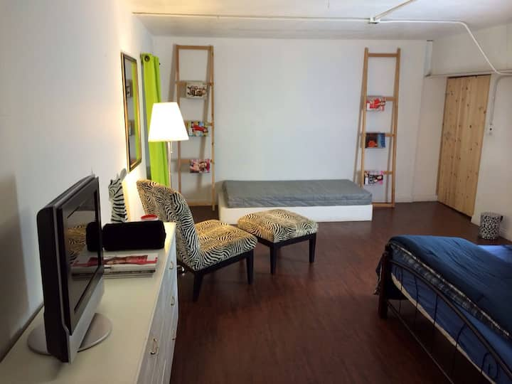 Huge&tidy room for rent/midcity LA