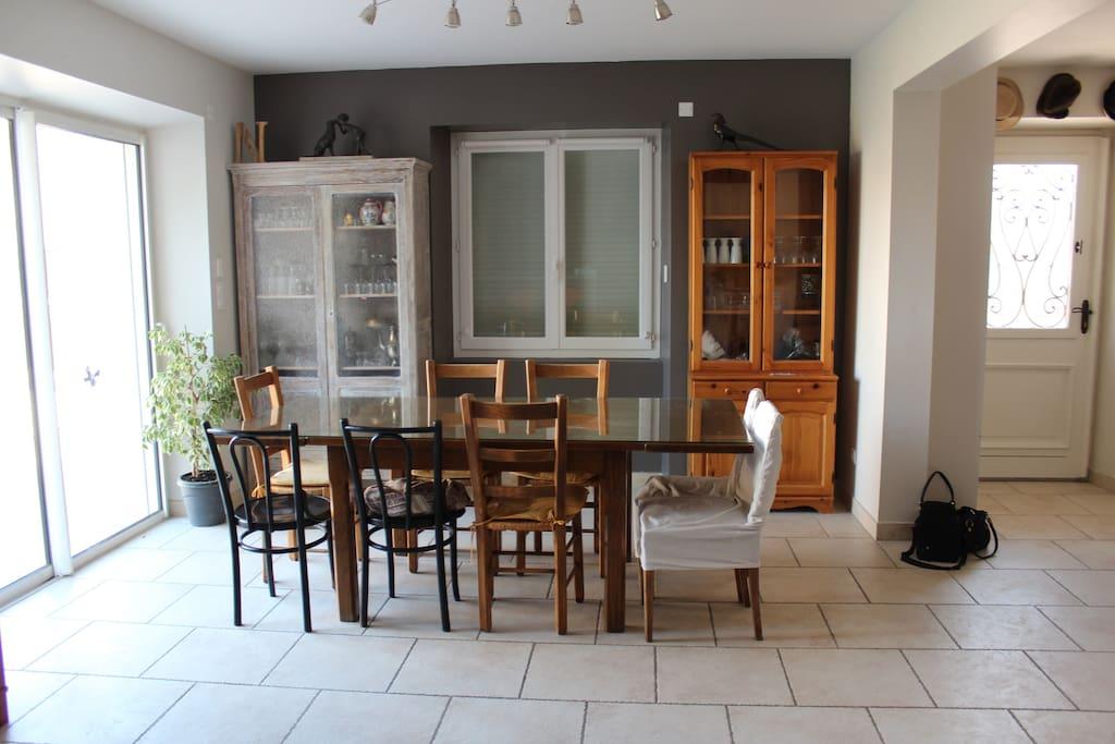 Salle à manger donnant sur la terrasse par la baie vitrée