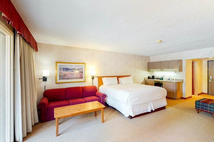 Ski-in/out, budget-friendly room w/ WiFi & shared firepit, gym, hot tub, pool!
