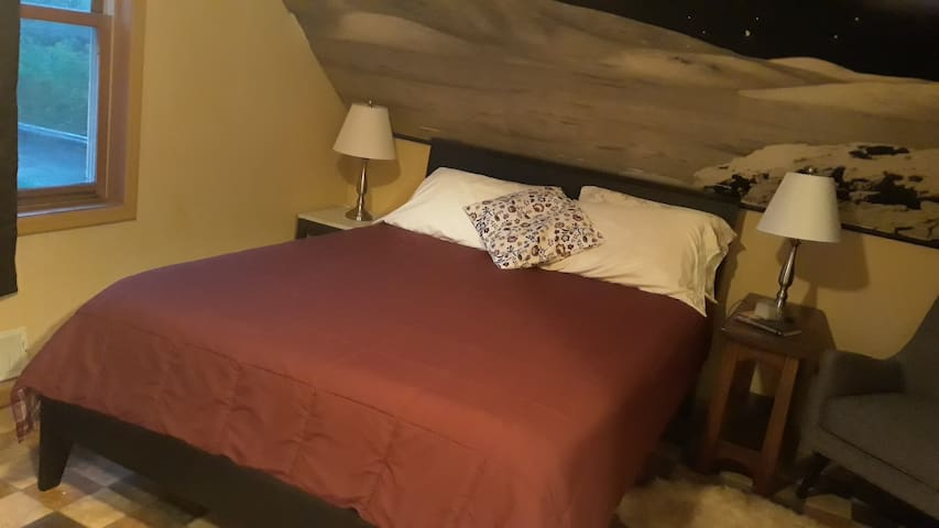 Queen bedroom close to colleges and downtowns. Rm3