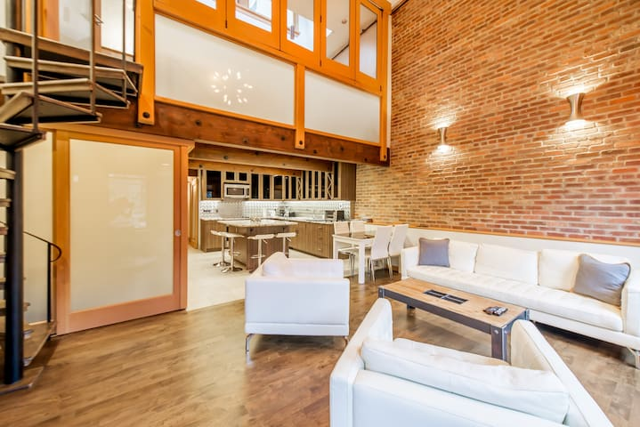 Large & Bright Gastown Luxury Loft w/20ft ceilings
