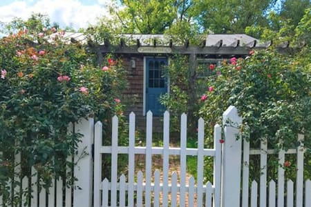 Adorable Rose Cottage in Village of Sperryville