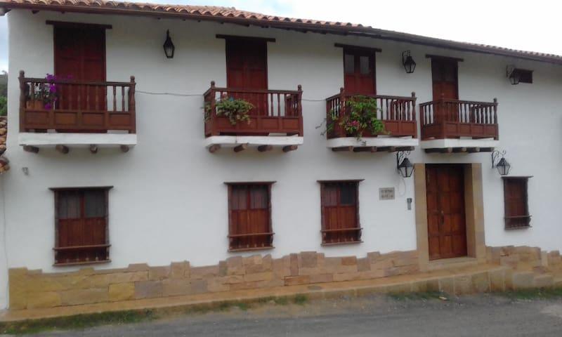 Fachada del condominio y fachada del apartamento Balcones de Barichara