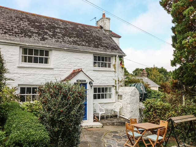 BLUE COTTAGE, pet friendly, with open fire in Truro, Ref 959104