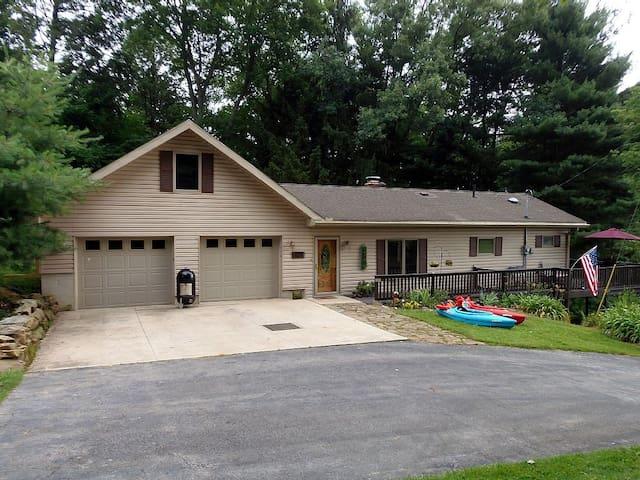 Skippin' Stones Cottage, short walk to Lake, Golf - Perrysville - Talo