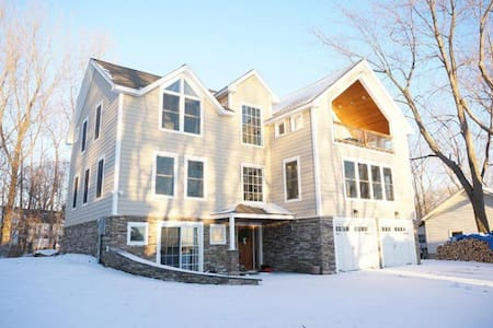 Bright and Spacious Lakeview Getaway! - Colchester - House