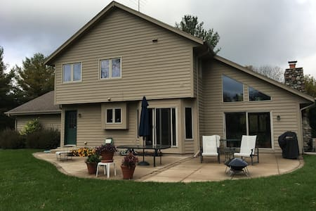 Private Pewaukee home, 16 miles from Erin Hills - Pewaukee - 一軒家