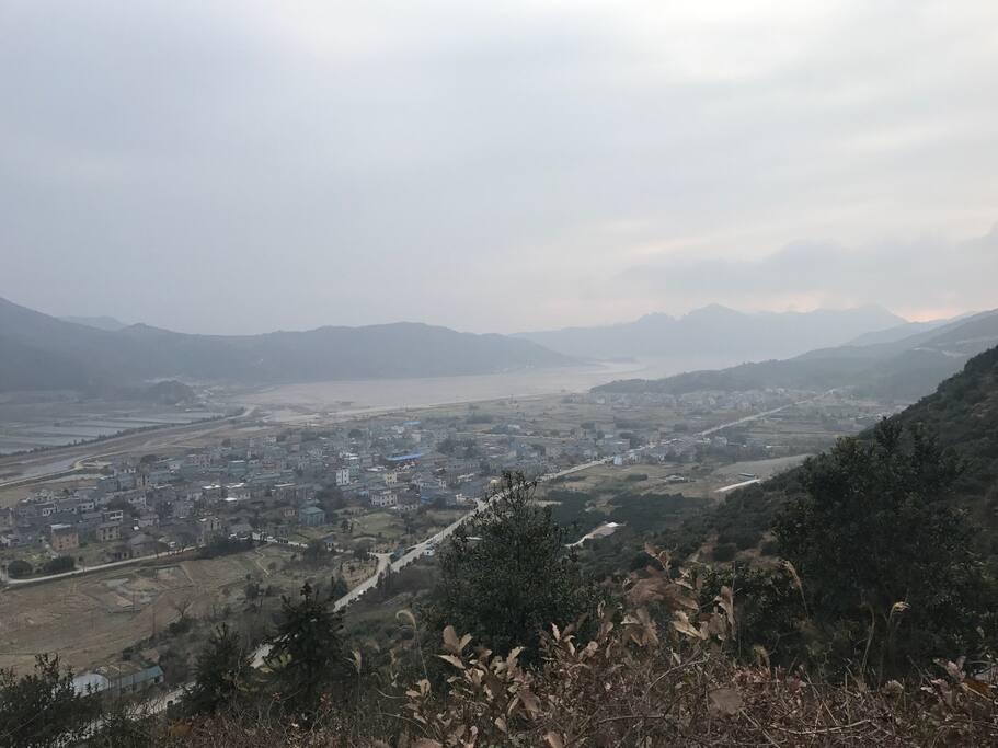 爬上山 可以俯瞰整个村庄