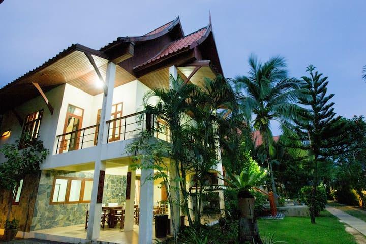 Fantastic 4 Bed Villa Close to Beach (4) Sleep 10