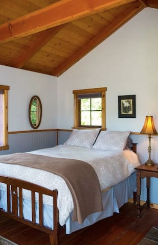 The Fireside Room at Bond Ranch - Sequim - Bed & Breakfast