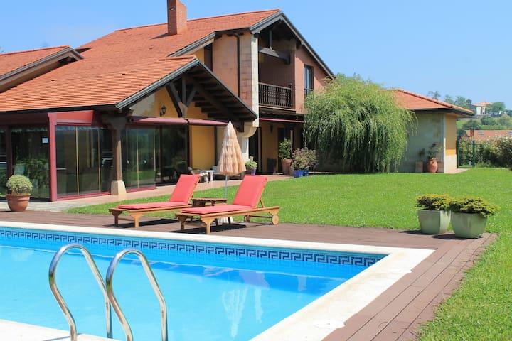 Espectacular casa con piscina privada y gran finca
