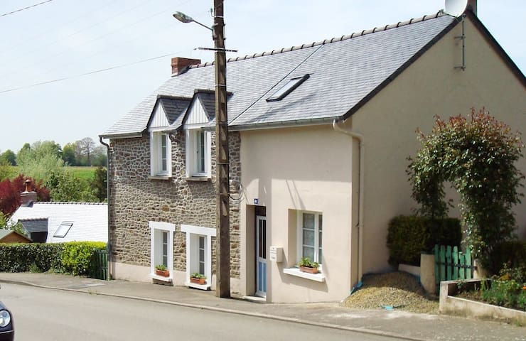Detached three bed cottage overlooking lake - Montenay - Dom