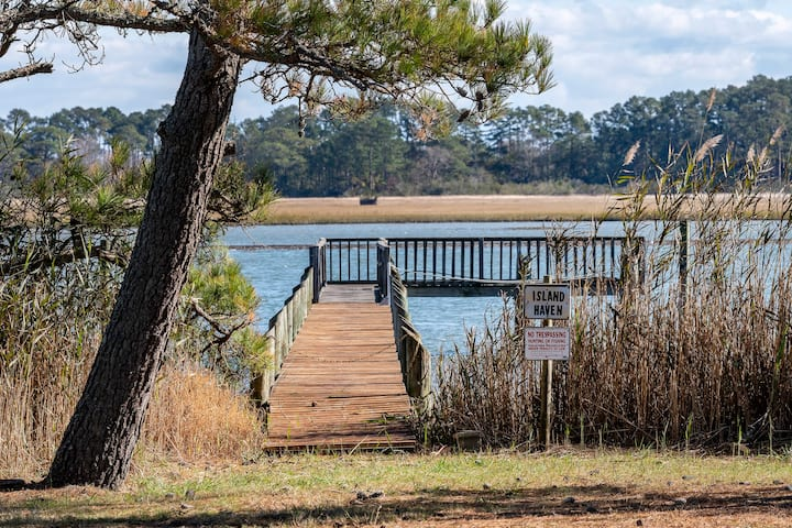Island Haven is a gorgeous Waterfront Vacation Home that welcomes your well-trained dog. With gorgeous View and a Private Dock, you`ve got all the makings of a fabulous Chincoteague Island Vacation!