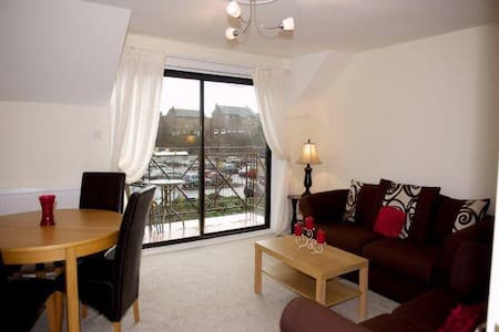Attractive 2 bed flat with balcony - Largs