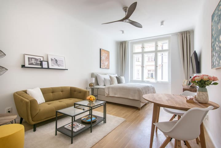 Charming Designer Apt by the River, FREE breakfast