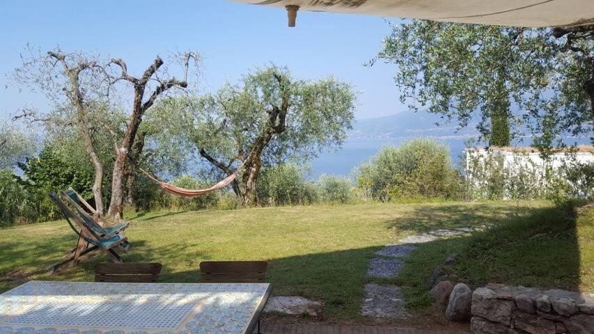 Relaxing Garda lake view apartment-Casa gli Ulivi