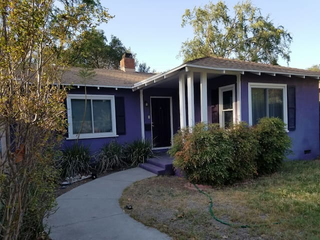 Quaint comfy purple home. 2 bd 1 ba - Claremont - Casa