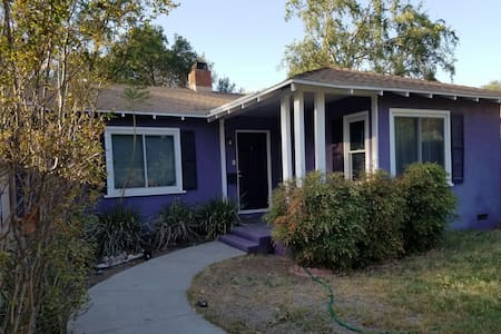 Quaint comfy purple home. 2 bd 1 ba - Claremont - Rumah