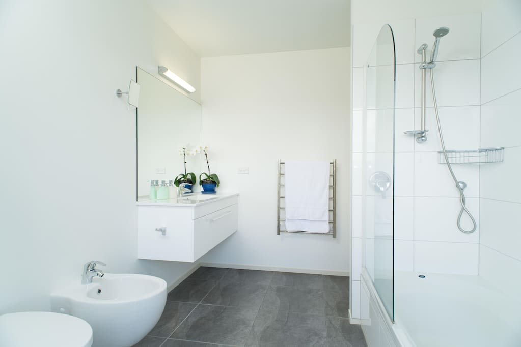 Bathroom of King bedroom: bath, shower, bidet; from here, access to the ultimate accessory, the outside shower