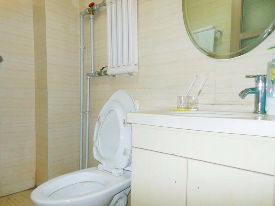 干净明亮的卫生间!