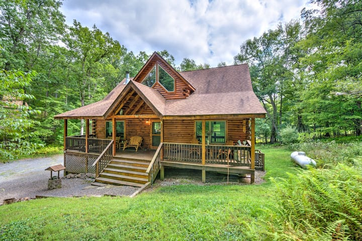 Beautiful log home w/ firepit, air hockey & community beach on the lake!