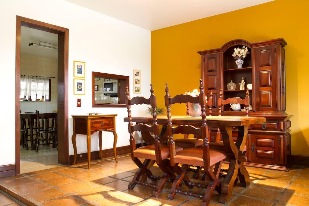 Sala de Jantar com acesso para cozinha e janelão para Jardins, Varanda e Piscina  Dining Room with access to kitchen and large window for gardens, Balcony and Pool